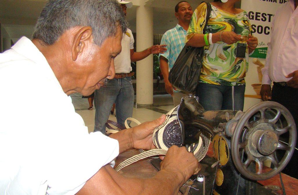 Con una variada muestra cultural más de 100 artesanos conmemorarán su día este miércoles 19 de marzo en la Casa Artesanal, ubicada en la calle 22 con carrera 18 cerca al Centro Recreacional Tacasuán, de la ciudad de Montería. Así lo manifestó el Director de Turismo y Artesanías de la Gobernación de Córdoba, Alejandro Anaya Sedán.