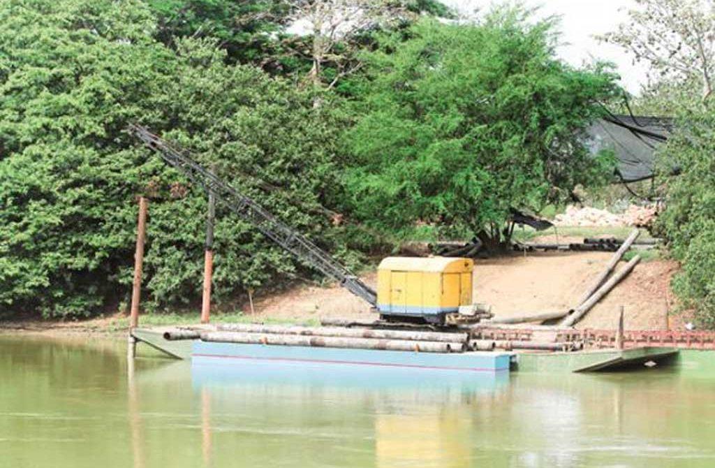 En la barcaza se encuentran ya algunos de los pilotes de acero que serán instalados en la ribera de la Ronda.