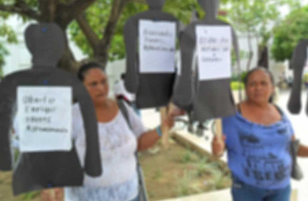 Familiares de las victimas conmemoran su día.