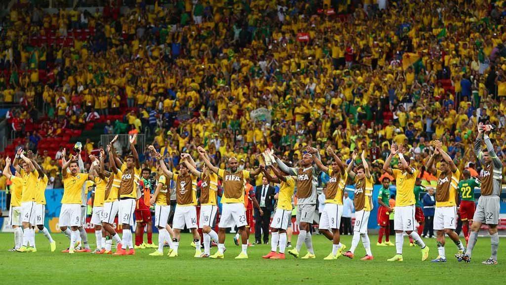 Jugadores Brasileños disfrutan del triunfo ante Camerún.