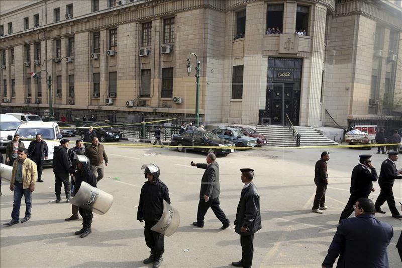Agentes de seguridad egipcios vigilan en el lugar en el que se registró la explosión de una bomba cerca del Tribunal Supremo, en El Cairo, Egipto.