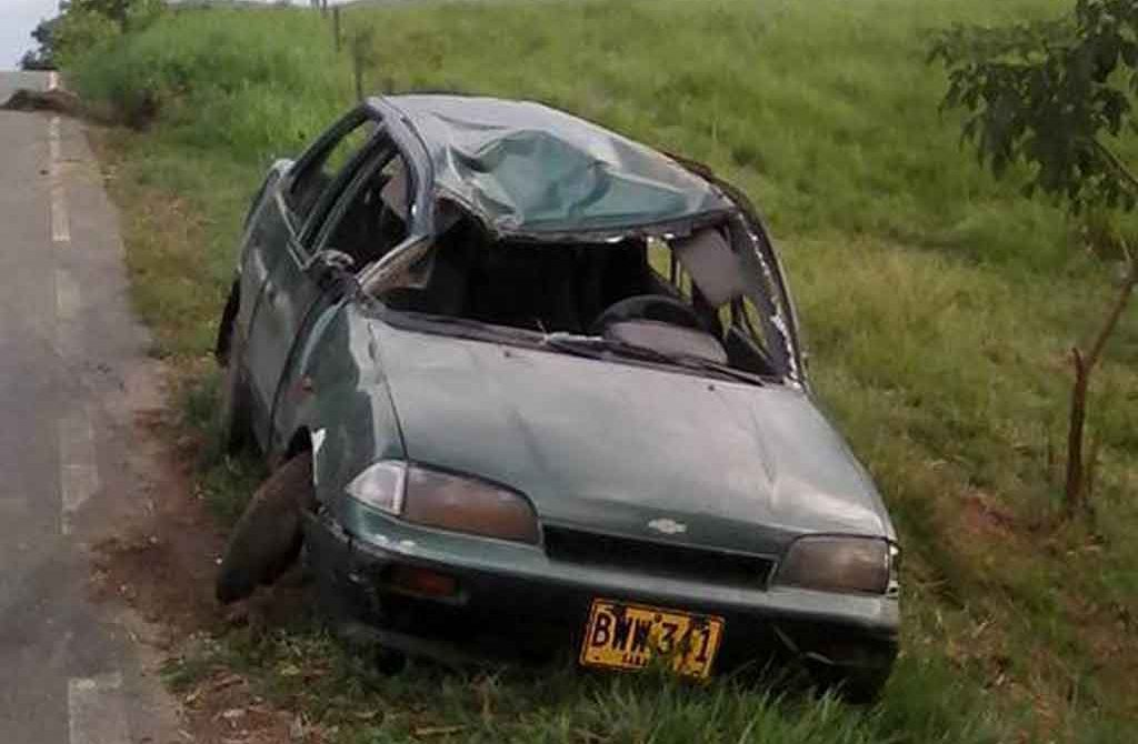 Volcamiento de un carro en la vía La Apartada – Ayapel, dejó dos personas heridas