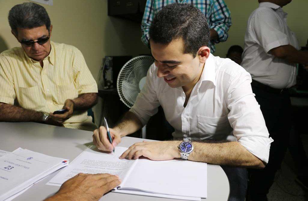 Carlos Gómez, inscribió candidatura