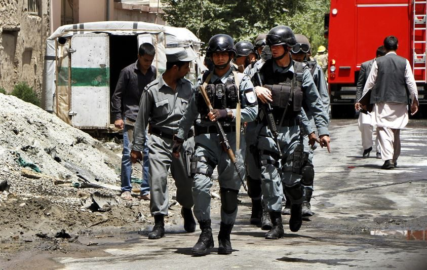 Miembros de los servicios de Seguridad afganos patrullan tras la explosión de un coche bomba en Kabul, Afganistán. EFE/Archivo