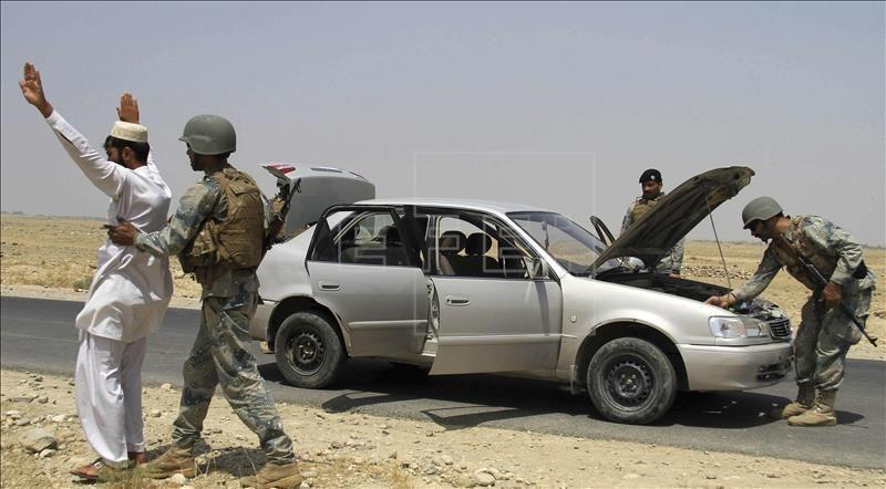 Miembros de las Fuerzas de Seguridad afganas registran un vehículo y cachean a su conductor en una carretera cercana a Jalalabad (Afganistán). EFE/Archivo