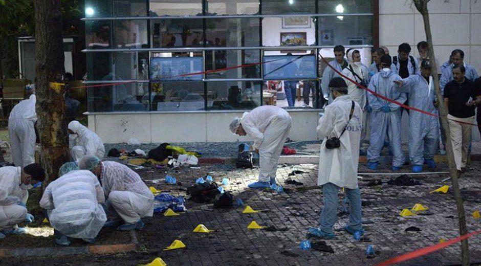 """El número de muertos en el atentado suicida perpetrado ayer en Suruç, en el sureste de Turquía, ha subido a 31 personas, según informó hoy el Gobierno turco, que responsabilizó del ataque al grupo yihadista Estado Islámico. """"En estos momentos, la última cifra es de 31 muertos, así como 32 heridos (aún hospitalizados), algunos de ellos muy graves; recemos para que no fallezcan"""", dijo el viceprimer ministro, Numan Kurtulmus, en una rueda de prensa celebrada hoy en Suruç. El número total de heridos se ha cifrado en 104. El viceprimer ministro insistió hoy en que los indicios apuntan al grupo yihadista Estado Islámico como responsable del ataque. """"Todas las posibilidades están abiertas. Consideramos muy probable que se trate de Estado Islámico"""", dijo. Respecto a la identidad del atacante, indicó que aún no hay datos concluyentes. """"Hay mucha información y muchas sospechas, pero aún nada concreto. Hay muchos sospechosos, se nos acumulan"""", expuso Kurtulmus. Varias fuentes locales identificaron ayer al agresor como una mujer de 18 o 19 años. El diario """"Hürriyet"""" señala hoy que también pudo tratarse de un hombre disfrazado de mujer, dada la dificultad de asignar correctamente los restos destrozados por la explosión. El opositor Partido Democrático de los Pueblos (HDP) ha elevado a 32 el número de víctimas mortales. El HDP mantiene vínculos con la Federación de asociaciones de juventudes socialistas (SGDF), coordinadora del encuentro de voluntarios que fueron objetivo del atentado cuando se reunían en Suruç para llevar ayuda humanitaria a la cercana ciudad kurda de Kobani, en Siria. Hasta ahora se han identificado y entregado a sus familiares cinco de los 31 cadáveres, anunció Kurtulmus, aunque la SGDF ha hecho públicos ya los nombres de 30 víctimas."""