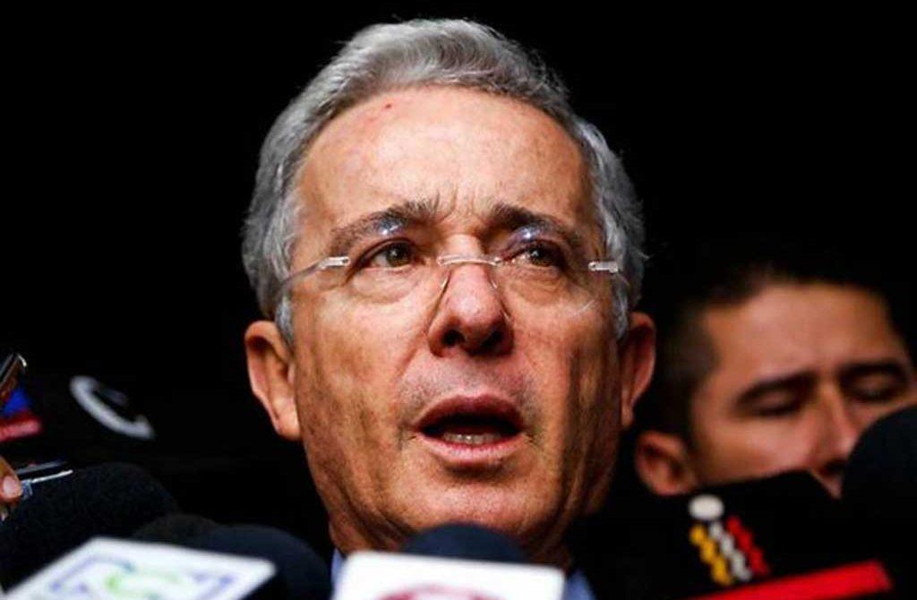 Suspender bombardeos es un cese bilateral inconstitucional: Uribe
