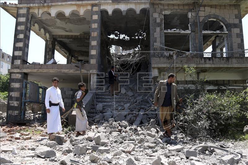 Varios yemeníes inspeccionan el lugar tras un bombardeo contra un edificio del centro de la ciudad de Ibb (Yemen). EFE