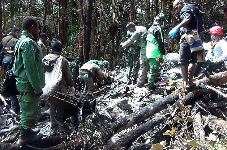 Recuperan cadáveres de las 54 víctimas del accidente aéreo en Indonesia