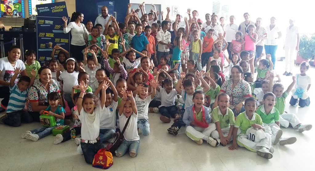 Más de 200 niños de escasos recursos disfrutaron de una tarde de cine