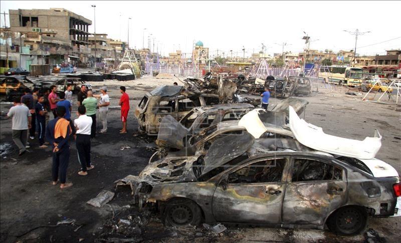Varios iraquíes inspeccionan el lugar un día después del atentado perpetrado en el barrio de Ciudad Sadr, en el norte de Bagdad (Irak) el 6 de agosto de 2015. EFE