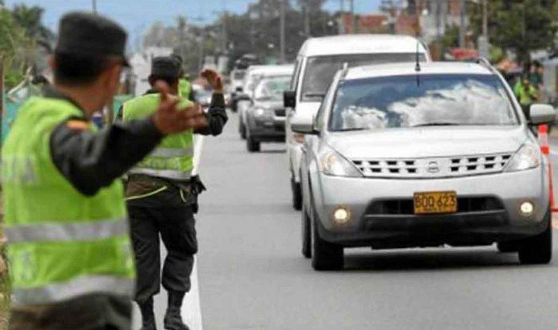 Capturan a tres personas, entre ellas un menor de edad por transportar droga en una camioneta