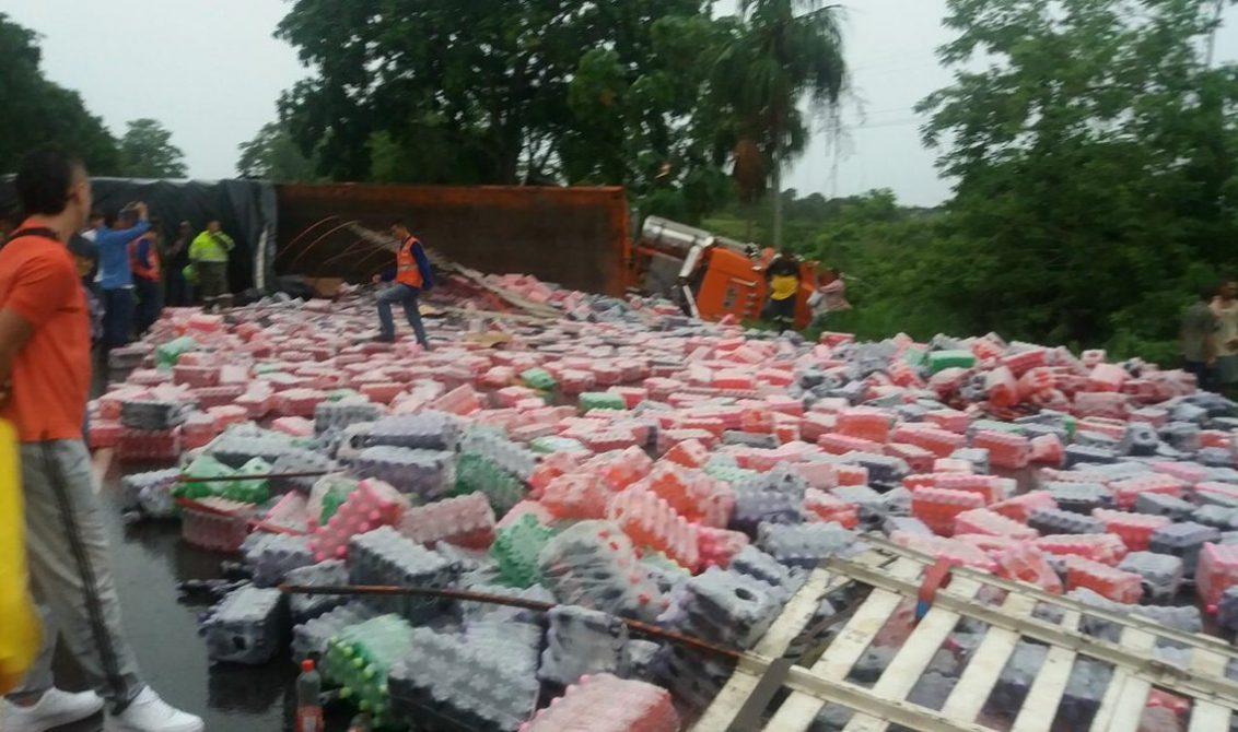 El choque entre dos camiones ocasionó bloqueo total de la vía. Tras dos horas de trabajo, autoridades habilitaron paso a un solo carril.