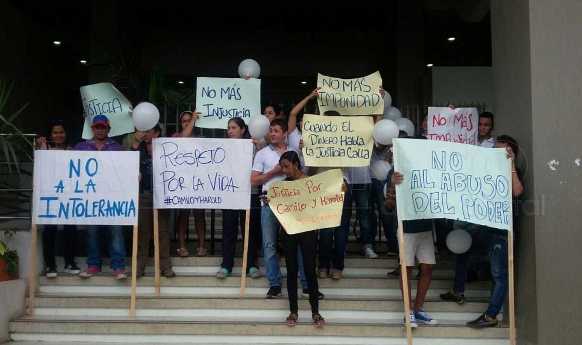 Familiares de los jóvenes baleados por el Fiscal Lora, protestaron en los bajos del Palacio de Justicia en días pasados.