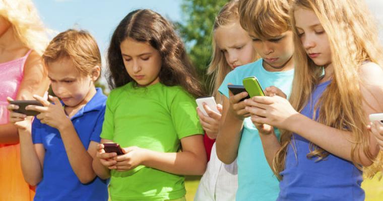 Resultado de imagen para niños celular