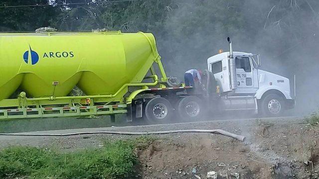 Denuncian vehículo de Argos que arrojó residuos de cemento al río Sinú