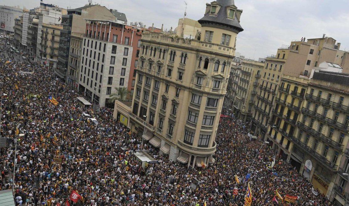 Miles de personas marchan en Cataluña durante el