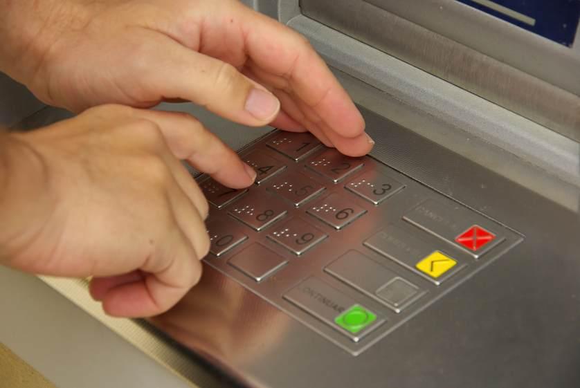 Resultado de imagen para Manténgase alerta en los cajeros automáticos