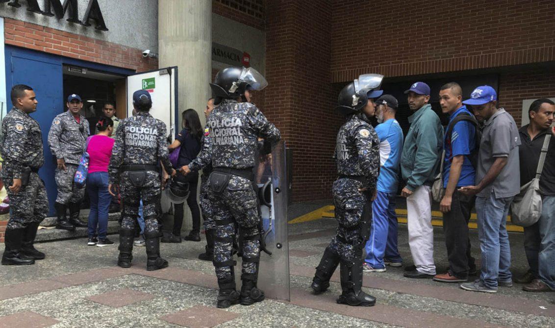 Venezolanos asaltan finca y matan una vaca a pedradas — Fuertes imágenes