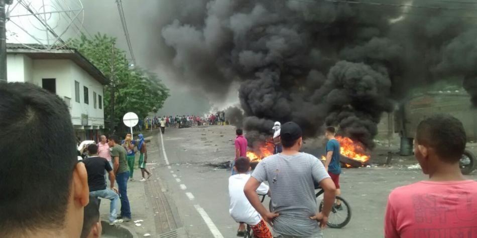 Encapuchados prenden fuego a la Alcaldía de Apartadó en protesta por peajes