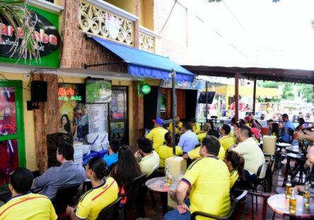 Colombianos-viendo-juego-de-la-Seleccion-444x311.jpg