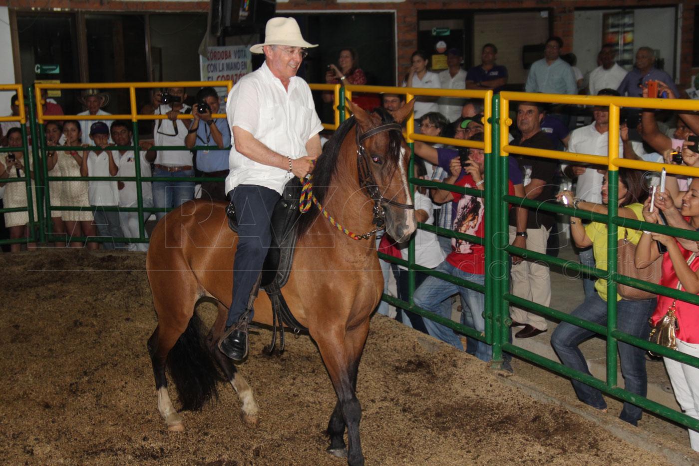 Ex presidente Álvaro Uribe, sufrió fractura de costilla tras caerse de un  caballo - LARAZON.CO