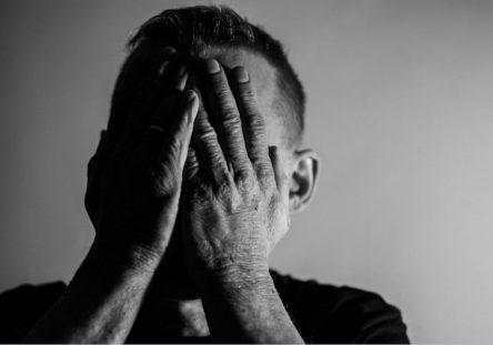 hombre-pensamientos-suicidas-pixabay-444x311.jpg