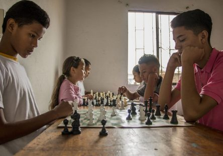 ajedrez-niños-jovenes-a-la-rueda-rueda-444x311.jpg