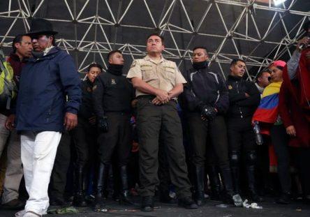 indigenas-retienen-a-policias-en-ecuador-afp-444x311.jpg