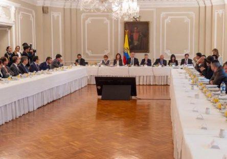 mesa-de-reunion-foto-presidencia-444x311.jpg
