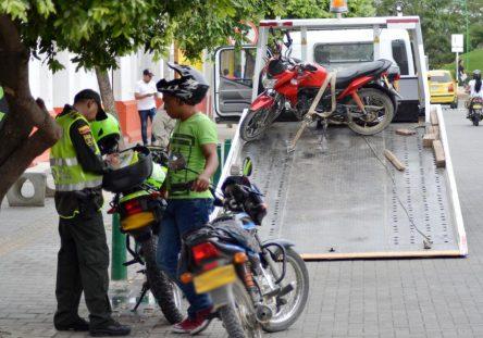 Policías-quitando-motos-2-444x311.jpg