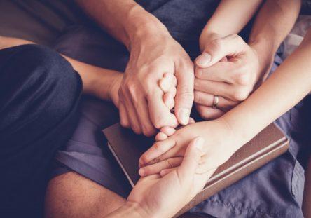ninos-tomados-mano-orando-sus-padres-casa-familia-ora-teniendo-fe-esperanza_49149-639-444x311.jpg